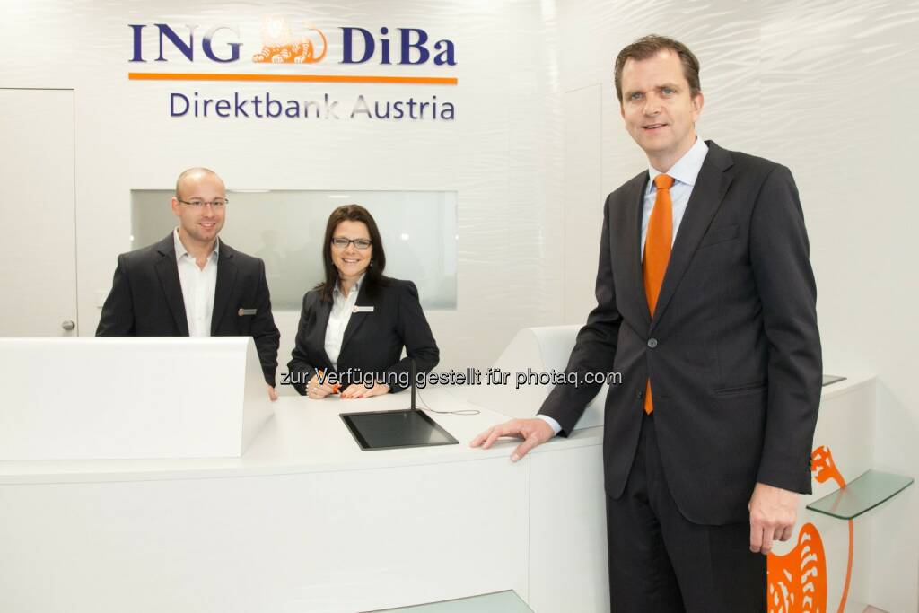 ING-DiBa Direktbank Austria: Roel Huisman (CEO ING-DiBa Direktbank Austria) mit Mitarbeitern des neu eröffneten Servicepoints am Schwedenplatz  (07.05.2014)