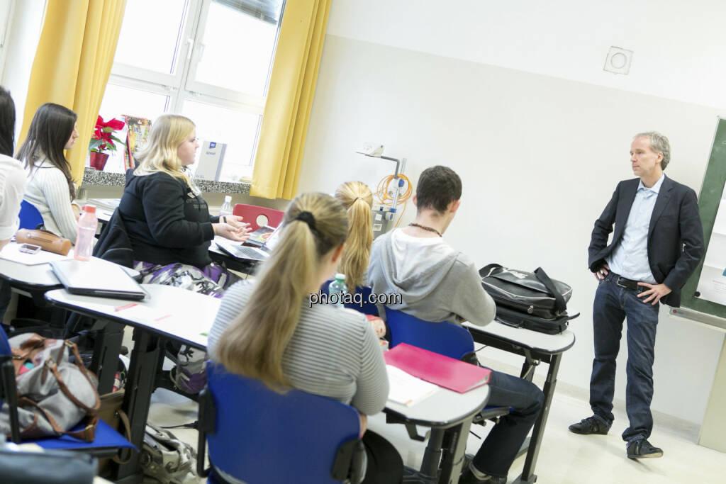 Christian Drastil in der 4 AK beim Börseunterricht, © Martina Draper/finanzmarktfoto.at (21.12.2012)
