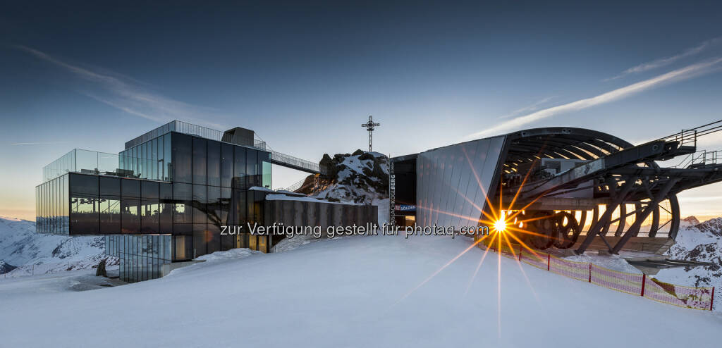 Sölden erzielte mit neuen Angeboten wie dem Ice Q Restaurant zum zweiten Mal in Folge ein Allzeithoch an Nächtigungen  und verbuchte damit im Winter 2013/2014 die vierte Rekordsaison in Folge, Gipfelkreuz, Sonne, Lift, Berge (Bild: Rudi Wyhlidal, Bergbahnen Sölden) (13.05.2014)