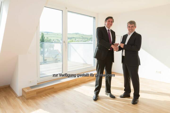 Andreas Holler (Buwog-Geschäftsführer), Martin Prober (Prokurist Premium) - Buwog übergibt Projekt in Döbling an Premium Immobilien AG (Bild: Buwog/Stephan Huger)