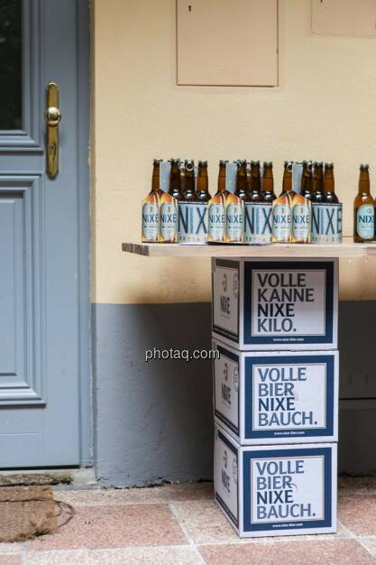 Nixe, Bierflaschen, Bierkartons, © finanzmarktfoto.at/Martina Draper (15.05.2014)