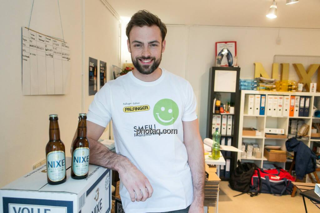 Artur Zolkiewicz (Nixe) - Bier-Muskel-Smeil, Smeil Shirt in der Palfinger edition, siehe auch http://finanzmarktfoto.at/page/index/374/smeil#bild_19851 , © finanzmarktfoto.at/Martina Draper (15.05.2014)