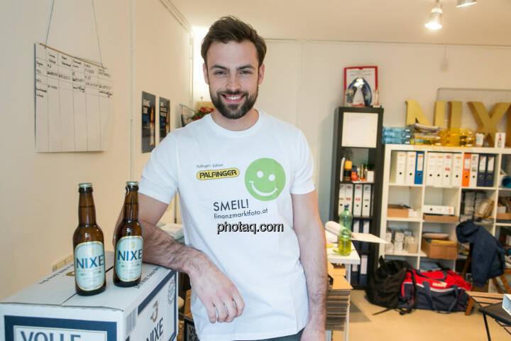 Artur Zolkiewicz (Nixe) - Bier-Muskel-Smeil, Smeil Shirt in der Palfinger edition, siehe auch http://finanzmarktfoto.at/page/index/374/smeil#bild_19851