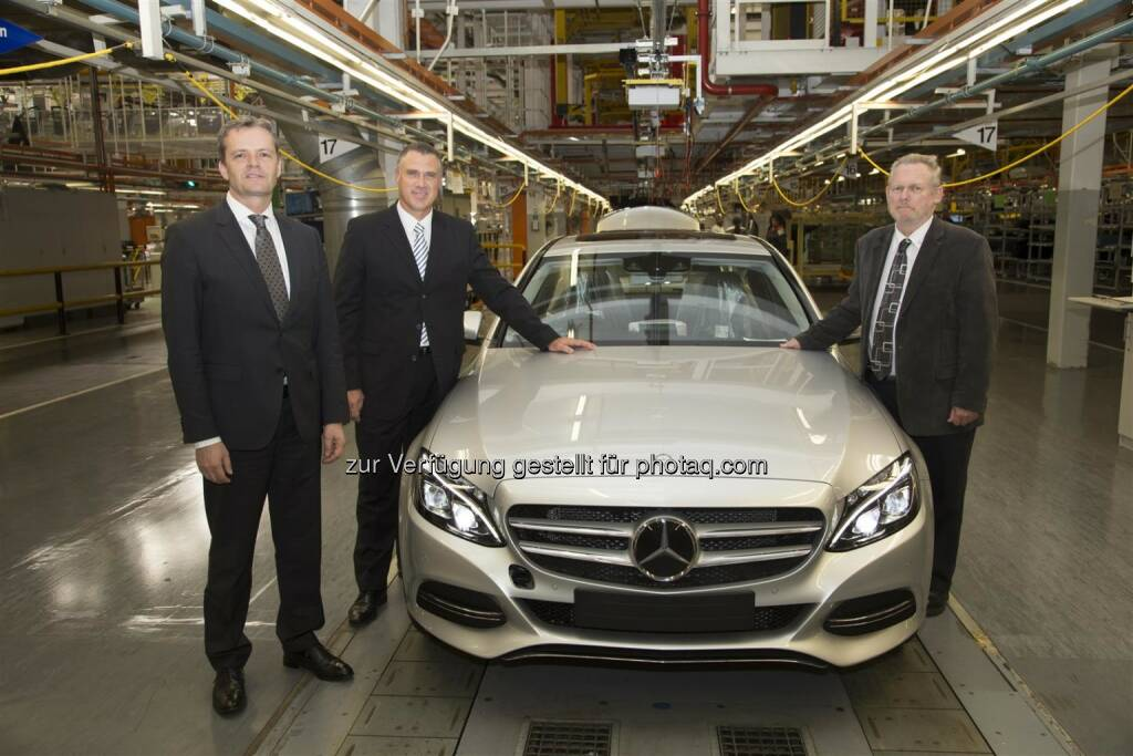 Produktionsstart der neuen Mercedes-Benz C-Klasse im Werk East London, Südafrika: Markus Schäfer, Bereichsvorstand Mercedes-Benz Cars Produktion und Supply Chain Management, Arno van der Merwe, CEO Mercedes-Benz South Africa und Leiter Mercedes-Benz Werk East London, Rob Davies, Handels- und Industrieminister der Republik Südafrika. (15.05.2014)
