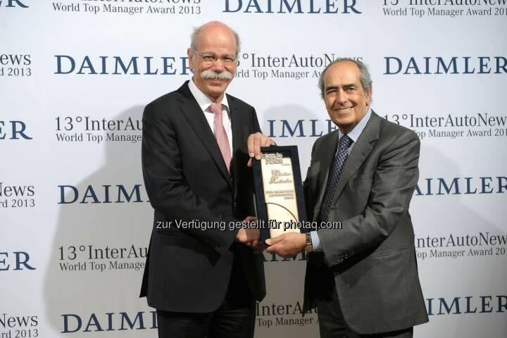 Dieter Zetsche (Vorstandsvorsitzender der Daimler AG und Leiter Mercedes-Benz Cars) mit World Top Manager Award 2013 ausgezeichnet (links Tommaso Tommasi, Vorsitzender der Jury und Direktor der Fachzeitschrift InterAutoNews) (Bild: Daimler)