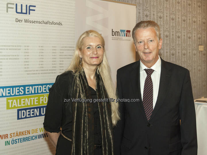 Reinhold Mitterlehner (Wissenschafts- und Forschungsminister) und Pascale Ehrenfreund (FWF-Präsidentin) bei der Pressekonferenz im Blauen Salon: Mehr Geld für Spitzenforschung in Österreich (Bild: BMWFW)