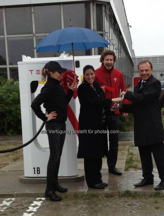 Bezirksvorsteher Gerald Bischof, Stephanie Lyons von der amerikanischen Botschaft und Daniel Hammerl, Country Director Tesla Österreich eröffnen die zweite Supercharger Station Österreichs im Tech Park Vienna. (Bild: Tesla Motors)