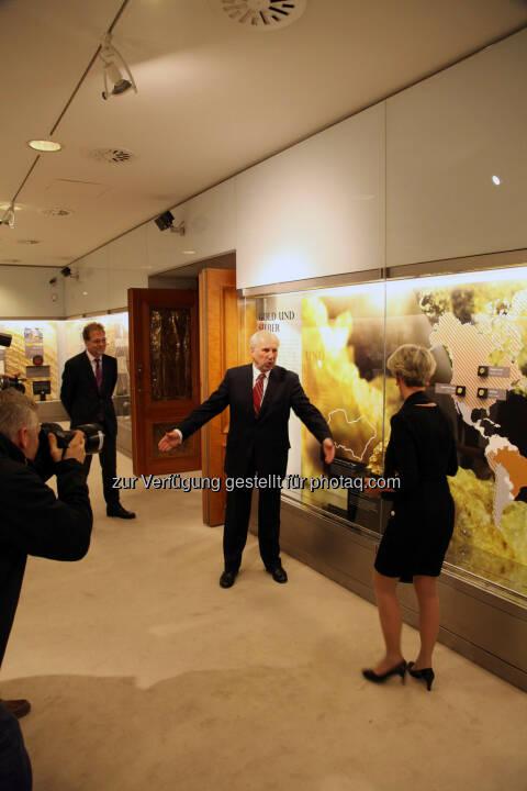 Gouverneur Ewald Nowotny und Kuratorin Armine Wehdorn während der Presseführung.