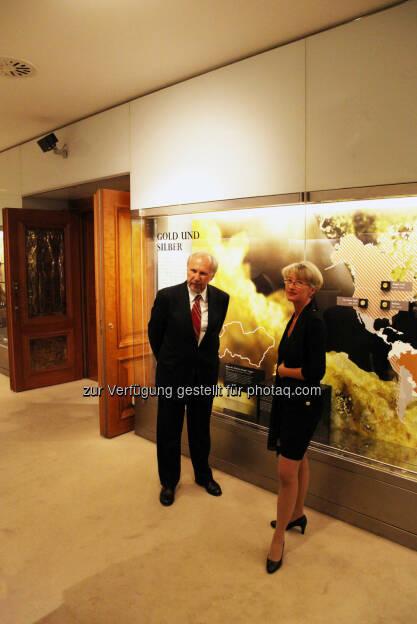 Gouverneur Ewald Nowotny und Kuratorin Armine Wehdorn während der Presseführung. (18.05.2014)