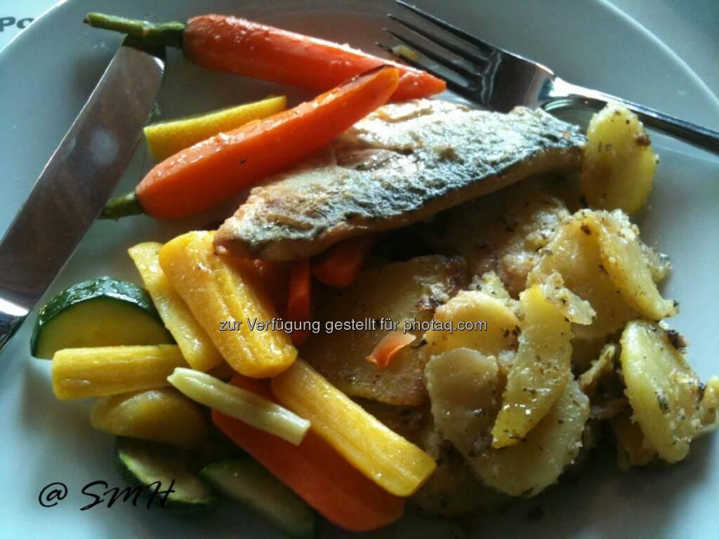 Post-HV. Hauptspeise Wolfsbarsch (Karotten etwas zu knackig für meinen Geschmack, ein bißerl Kochen hätte ihnen nicht geschadet) zur Auswahl (19.05.2014)
