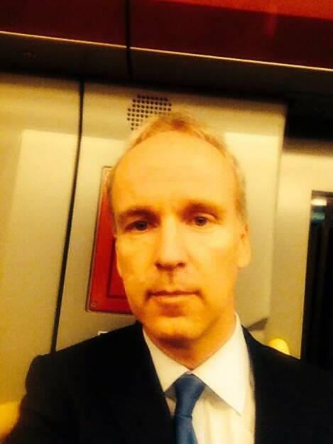 Betrübt schauendes Krawatten U-Bahn Selfie vom finanzmarktfoto-Herausgeber, © mit Genehmigung der jeweiligen Selfiesierenden (20.05.2014)