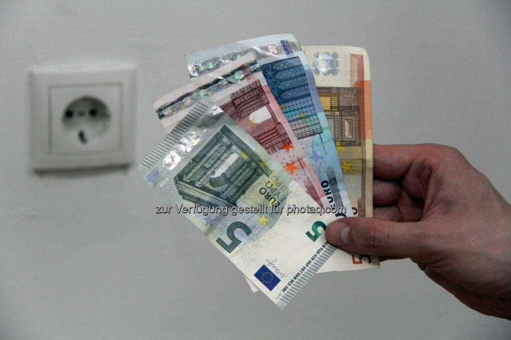 Energie-Control Austria: E-Control: 110.000 Haushalte und Unternehmen wechselten im ersten Quartal ihren Strom- und Gaslieferanten. Geldscheine, Steckdose, Strom (Bild: E-Control) (21.05.2014)