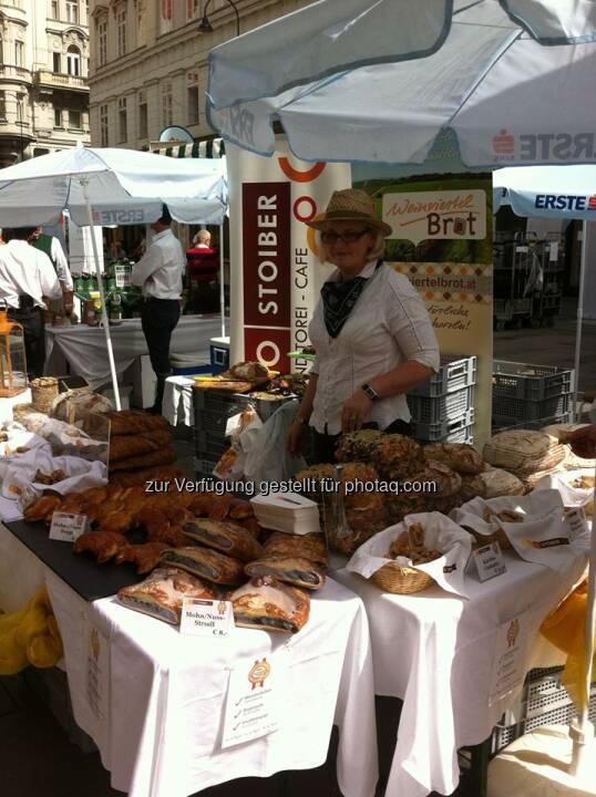 Stände und Kulinarisches vor der Erste Bank am Graben  Source: http://facebook.com/erstebank