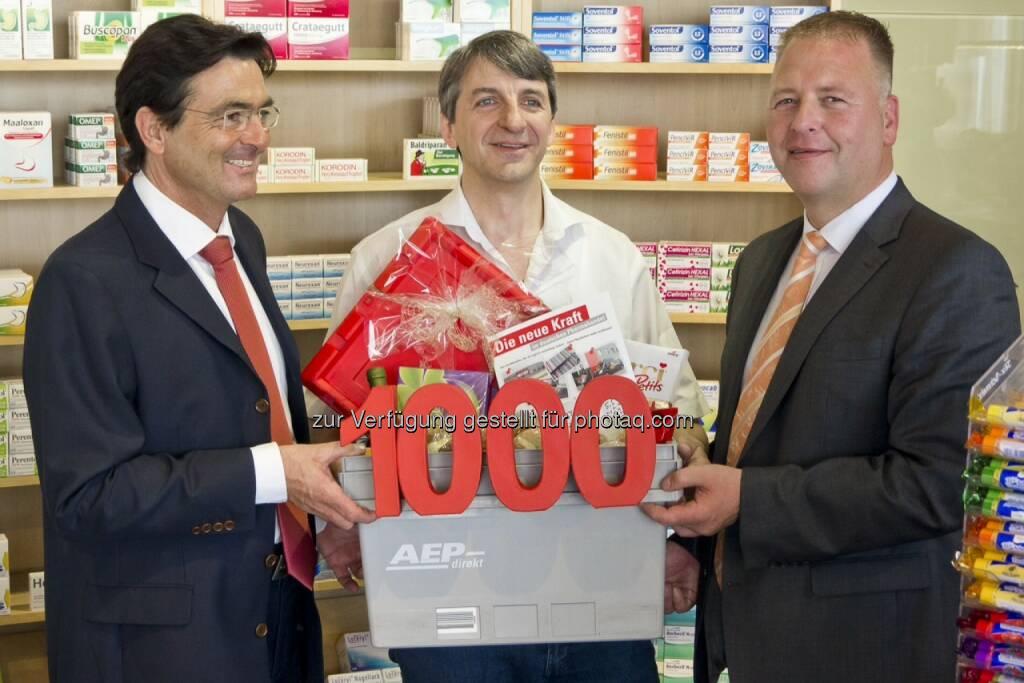 Österreichische Post AG: AEP gewinnt tausendsten Kunden - Apotheker Martin Straulino (Mitte) erhält das Starterpaket von AEP Geschäftsführer Markus Eckermann (links) und Udo Eckstein, AEP Vertrieb (c) OTS (26.05.2014)