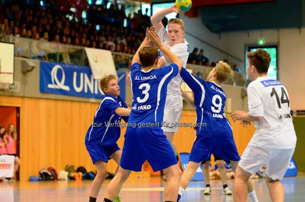 Mit Riesenjubel gingen die 34. Bundesmeisterschaften des Uniqa Handball Schulcups in Schwaz in Tirol zu Ende. Und die beiden Titelverteidiger aus NÖ konnten den Sieg erneut heimholen - das gab es das letzte Mal vor 26 Jahren! Zum ersten Mal gab es heuer dafür einen Gaststar: Die Uniqa Skilady Bernadette Schild kam, um den jungen Sportkollegen zu gratulieren und ihnen die wohlverdienten Pokale zu überreichen.  Source: http://facebook.com/uniqa.at (27.05.2014)