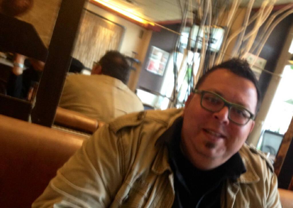 Im relaxten Talk über Sport, Musik und ein bissl Wirtschaft mit Thomas Netopilik, der Woche für Woche dafür (mit)sorgt, dass die Bezirkszeitungen in Wien einfach spannende Lektüre sind (28.05.2014)