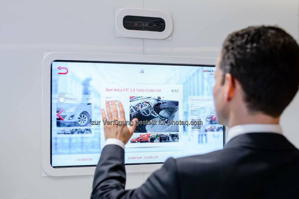 Bank Austria Interactive Screen: Mittels Handbewegungen wird mit dem Screen interagiert, ohne das Gerät tatsächlich zu berühren. Es informiert über Produkte und Services und hilft somit Papier einzusparen. Schon ausprobiert?  Source: http://facebook.com/BankAustria (28.05.2014)
