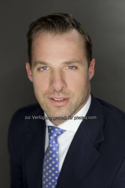 """Per Anfang Mai nahm Karl Fuchs seine Tätigkeit als neuer Geschäftsführer des Österreichischen Verbandes für Aktien-Emittenten und -Investoren auf. """"Durch seine Arbeit im EU-Parlament sowie bei verschiedenen Interessenvertretungen bringt Karl Fuchs sowohl große politische Kompetenz auf europäischer als auch auf nationaler Ebene mit"""", zeigte sich Robert Ottel, Finanzvorstand der voestalpine AG und Präsident des Aktienforums, erfreut. Fuchs studierte Rechtwissenschaften an der Universität Wien. Neben seinem Studium war er unter anderem im Rahmen eines mehrmonatigen Praktikums bei der RZB Finance in New York tätig. Nach dem Gerichtsjahr absolvierte Fuchs das Traineeprogramm der Industriellenvereinigung mit Stationen im Bereich Finanzpolitik, Aktienforum und Industriepolitik, war im Anschluss als Assistent für Paul Rübig im Europäischen Parlament tätig und betreute für diesen diverse Fachausschüsse. Seit 2011 war Karl Fuchs Büroleiter des Generalsekretariats von Oesterreichs Energie, dem Branchenverband der österreichischen E-Wirtschaft (c) Aktienforum  (28.05.2014)"""