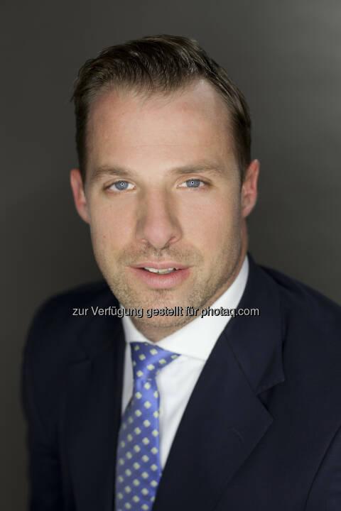 """Per Anfang Mai nahm Karl Fuchs seine Tätigkeit als neuer Geschäftsführer des Österreichischen Verbandes für Aktien-Emittenten und -Investoren auf. """"Durch seine Arbeit im EU-Parlament sowie bei verschiedenen Interessenvertretungen bringt Karl Fuchs sowohl große politische Kompetenz auf europäischer als auch auf nationaler Ebene mit"""", zeigte sich Robert Ottel, Finanzvorstand der voestalpine AG und Präsident des Aktienforums, erfreut. Fuchs studierte Rechtwissenschaften an der Universität Wien. Neben seinem Studium war er unter anderem im Rahmen eines mehrmonatigen Praktikums bei der RZB Finance in New York tätig. Nach dem Gerichtsjahr absolvierte Fuchs das Traineeprogramm der Industriellenvereinigung mit Stationen im Bereich Finanzpolitik, Aktienforum und Industriepolitik, war im Anschluss als Assistent für Paul Rübig im Europäischen Parlament tätig und betreute für diesen diverse Fachausschüsse. Seit 2011 war Karl Fuchs Büroleiter des Generalsekretariats von Oesterreichs Energie, dem Branchenverband der österreichischen E-Wirtschaft (c) Aktienforum"""