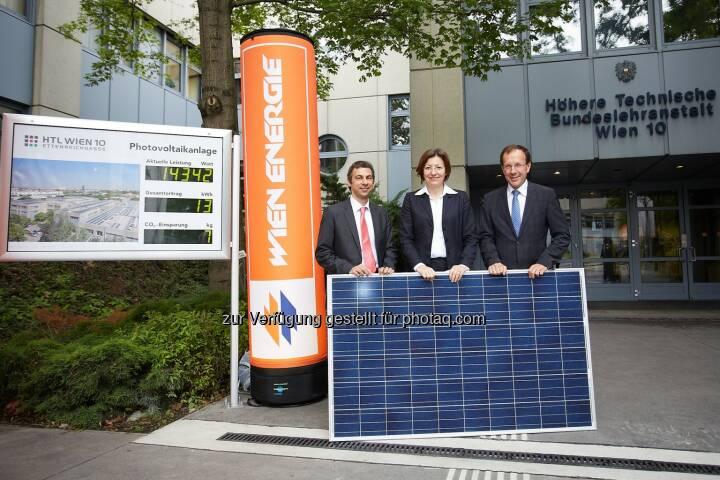 Wien Energie GmbH: BürgerInnen-Solarkraftwerk macht Schule, Stefan Wenka, Direktor HTL Wien 10, Wien Energie-Geschäftsführerin Susanna Zapreva und Geschäftsführer Bundesimmobiliengesellschaft Wolfgang Gleissner (c) Preiss