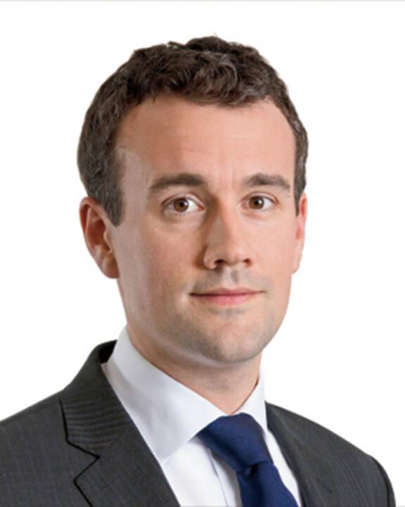 Fred Ingham, Head of International Hedge Fund Investments von Neuberger Berman: Im laufenden Jahr zeigt sich: Zahlreiche Investoren kehren zu Hedge-Funds zurück. Gründe dafür sind einerseits Gewinnmitnahmen nach starker Aktienmarktentwicklung und anderseits die Suche nach höheren Renditen, als Obligationen-Portfolios derzeit bieten. Auch mittelfristig präsentieren sich Hedge-Funds als interessantes Thema. Ökonomische Faktoren wie globale Ungleichgewichte, hohe Staatsverschuldungen, geopolitische Risiken, eine sich abschwächende Wirtschaft in China und ein grundsätzlich schwaches Wachstum der Weltwirtschaft stellen eine Herausforderung für die Investoren dar. Gleichzeitig hat sich die Lage am Obligationsmarkt noch nicht beruhigt und es drohen nach wie vor steigende Zinsen. Vor diesem Hintergrund ist es empfehlenswert, nach aktiven Renditequellen zu suchen, die weniger marktabhängig sind – wie etwa Hedge-Funds.