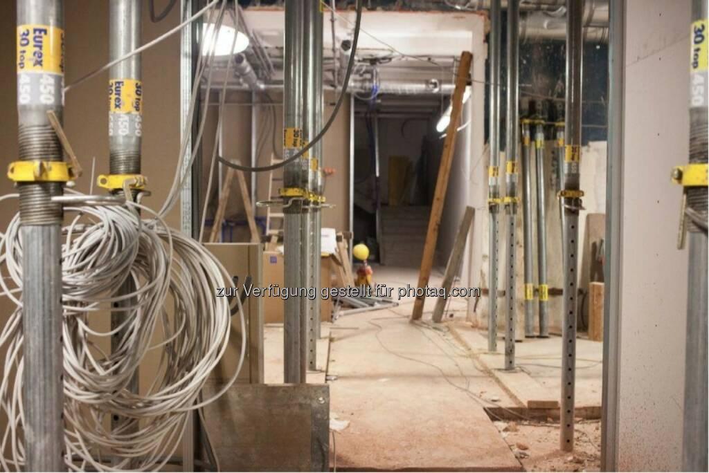 Hier werden im Untergeschoss die Kabel verlegt. Noch wird die Decke von Stützpfeilern getragen, ©  ING-DiBa Direktbank Austria (02.06.2014)