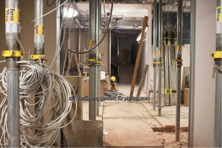 Hier werden im Untergeschoss die Kabel verlegt. Noch wird die Decke von Stützpfeilern getragen