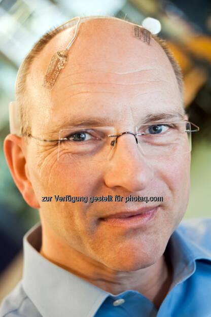 18. Berliner Kolloquium der Daimler und Benz Stiftung: Thomas Stieglitz mit beispielhafter Implantat-Positionierung, © Daimler und Benz Stiftung/Oestergaard (04.06.2014)