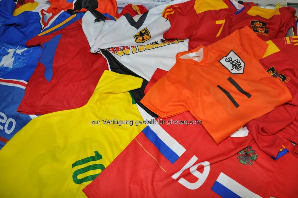 TÜV Rheinland testet WM-Fan-Trikots:  Tests von TÜV Rheinland zeigen: 30 Prozent der WM-Fan-Trikots sind mit verbotenen Stoffen belastet. (04.06.2014)