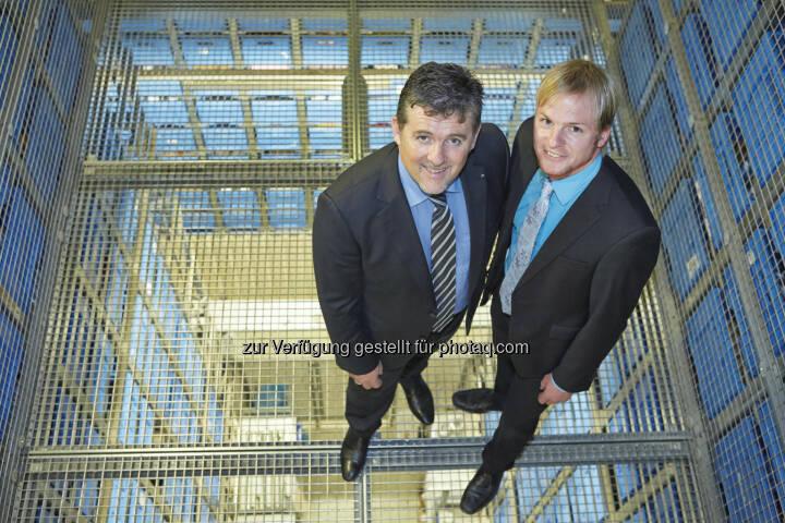 dm drogerie markt GmbH: 25 Jahre dm Verteilzentrum Enns: Hubert Krabichler, in der Geschäftsführung verantwortlich für Logistik, und Elmar Riepl, Manager für Filiallogistik