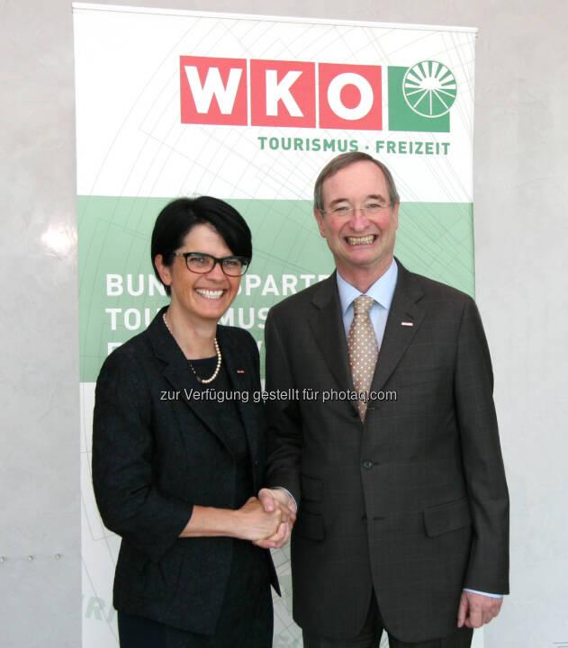 Petra Nocker-Schwarzenbacher ist neue WKÖ-Tourismus-Obfrau, im Bild mit WKÖ-Präsident Christoph Leitl