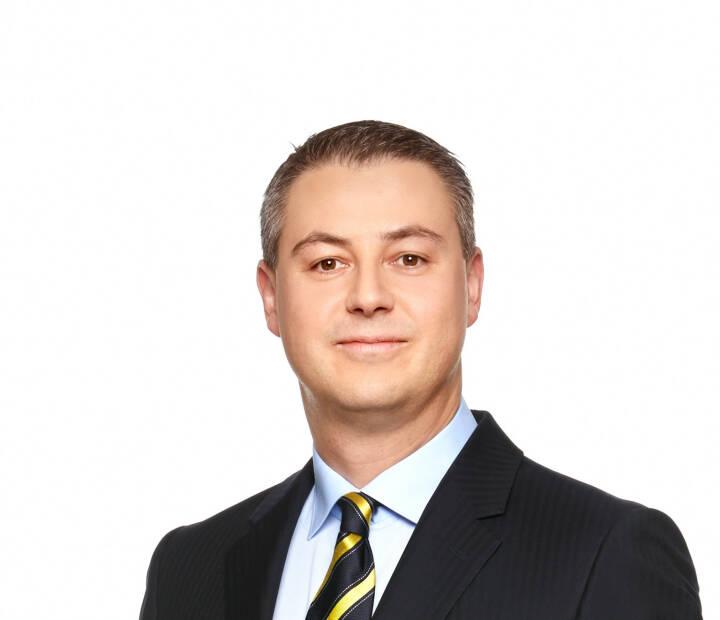 Oliver Schumy: Der Aufsichtsrat der Immofinanz hat die Nachfolge für CEO Eduard Zehetner geregelt: Oliver Schumy (43) wurde mit Wirksamkeit ab 1. März 2015 für die Dauer von fünf Jahren zum Vorstand des Immobilienkonzerns bestellt. Per 1. Mai 2015 wird er Eduard Zehetner als Sprecher des Vorstands nachfolgen. Das Vorstandsmandat von Eduard Zehetner, das am 30. November 2014 ausgelaufen wäre, wurde bis 30. April 2015 verlängert. Oliver Schumy ist seit Juni 2008 Finanzvorstand (CFO) der Mayr-Melnhof Gruppe und verfügt über umfassende operative Erfahrung in den Ländern Russland, Polen, Rumänien und Ungarn.