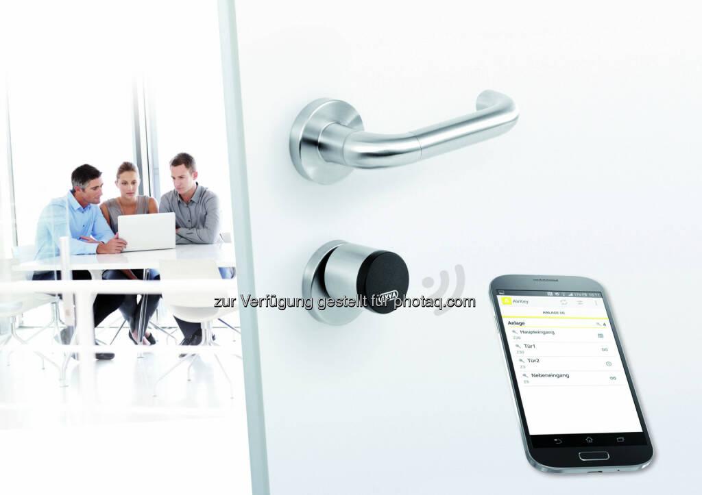 EVVA Sicherheitstechnologie GmbH: Ein NFC-fähiges Handy, das Internet und einen AirKey-Zylinder - das ist alles was das Schließsystem braucht. Der Rest des Systems läuft im Hintergrund. (Bild: EVVA) (11.06.2014)