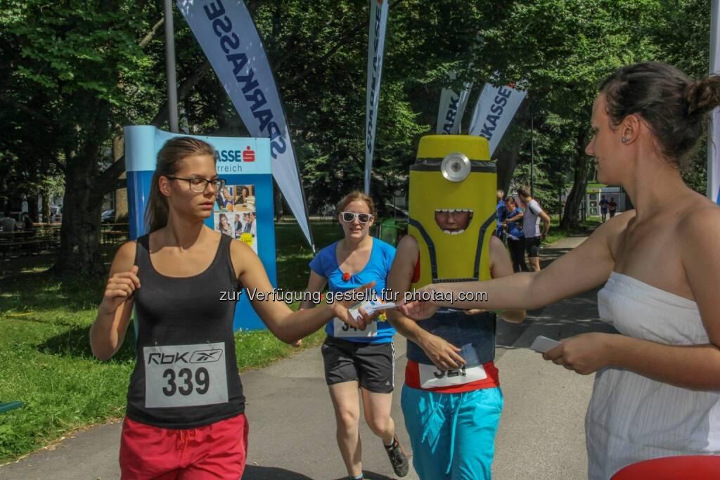 JKU Pond-Race am 11. Juni 2014: Über 300 Studierende liefen für einen guten Zweck rund um den Uni-Teich – und das 6.017 Mal! Für jede Runde, die gelaufen, geskatet, oder in lustigen Kostümen spaziert wurde, spendete die Sparkasse OÖ 1 Euro an das Kinderhilfswerk. (12.06.2014)