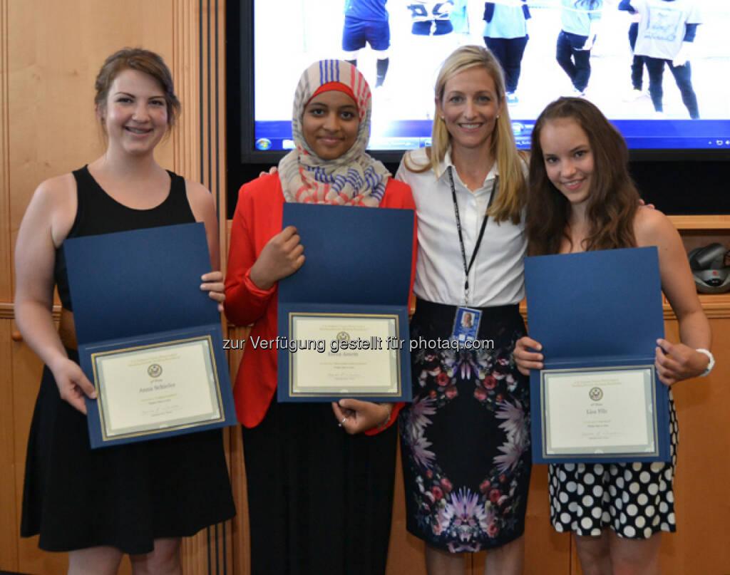 US Botschafterin ehrt Sieger des Fotowettbewerbs: Anna Schiefer, Esraa Assem, Botschafterin Wesner, Lisa Filz.  (12.06.2014)