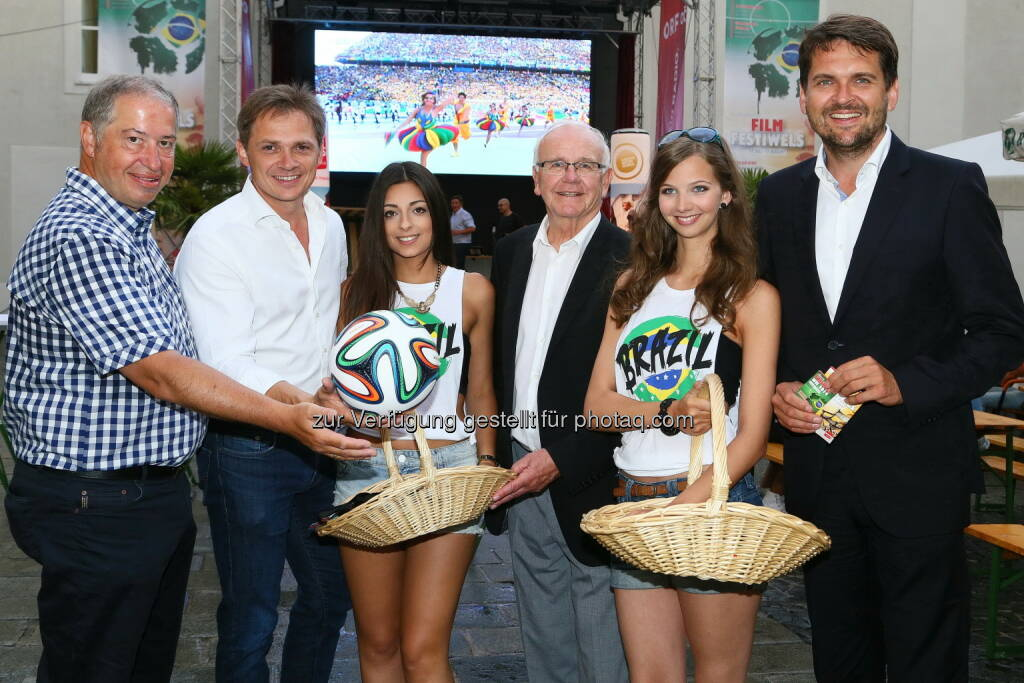 Brasilien-WM : Wels Marketing & Touristik GmbH: Obmann Tourismusverband KommR. Helmut Platzer, Wels Marketing & Touristik GF Peter Jungreithmair, Bürgermeister .Peter Koits, Vizebürgermeister Peter Lehner + brasilianischen Public Viewing Girls (13.06.2014)