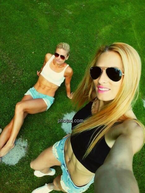 Relax, Sommer: Elisabeth Niedereder (Runplugged-Partner Tristyle), Mirela Lavric After race chillin' in Garden Eden, siehe auch http://finanzmarktfoto.at/page/index/1088 (c) mit freundlicher Genehmigung, © mit Genehmigung der jeweiligen Selfiesierenden (13.06.2014)