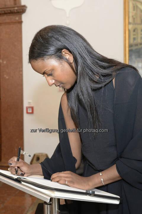 Sara Nuru trägt sich ins Kondolenzbuch für Karlheinz Böhm ein. Über 400 Gäste gedachten dem Mensch für Menschen