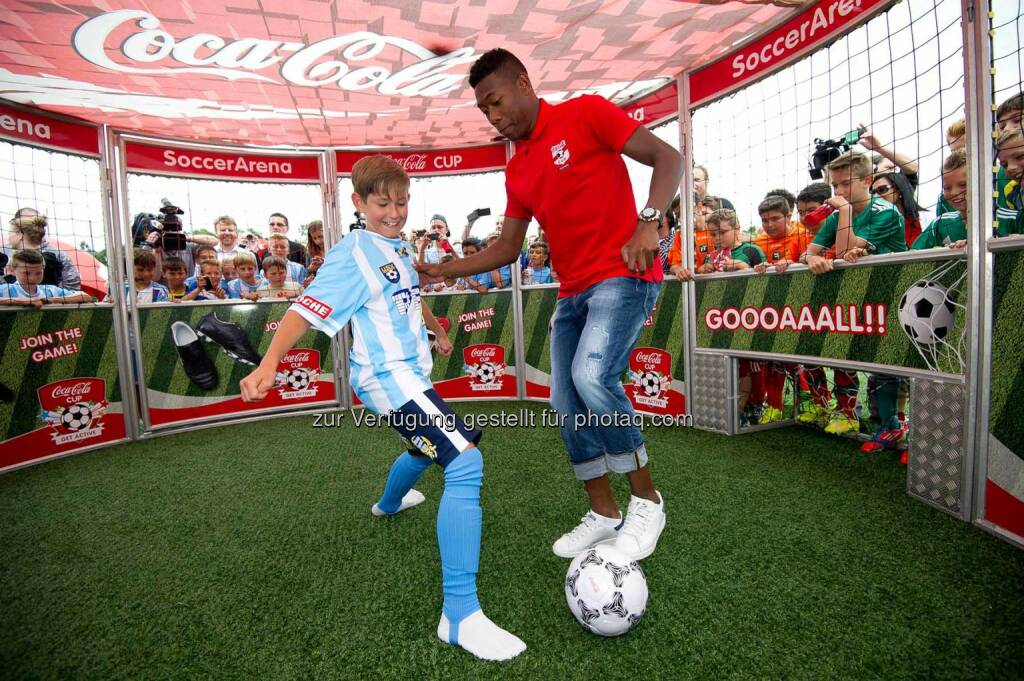 David Alaba im Soccer Cage mit einem jungen Kicker, Coca-Cola Cup, Bundesfinale. Foto: GEPA pictures/ Martin Hoermandinger, © Gepa (16.06.2014)