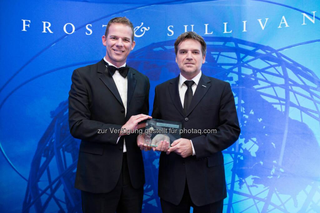 """Fabasoft gewinnt European Product Innovation Leadership Award: Karl Mayrhofer, Geschäftsführer Fabasoft Cloud GmbH (rechts), nimmt den """"2014 European Cloud Computing Product Innovation Leadership Award"""" in London entgegen (Foto: Frost & Sullivan), © Aussendung (16.06.2014)"""