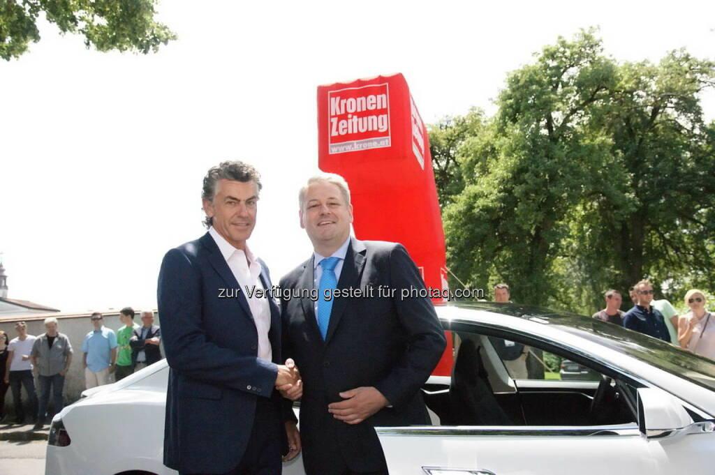 Michael Tojner begrüßt Andrä Rupprechter, der mit dem Elektro-Sportwagen der US-Firma Tesla als Vorausauto der Oldtimer-Rallye fuhr, © Montana Tech Components (17.06.2014)