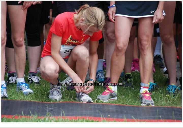 Schuhe binden, OÖGKK Frauenlauf Linz 2014