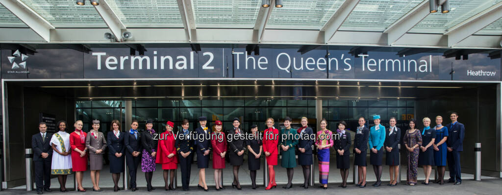 """Ihre Majestät Königin Elizabeth II. hat die neue Heimat von Star Alliance am Londoner Flughafen Heathrow mit der Enthüllung einer Namenstafel mit der Inschrift """"Terminal 2: the Queen's Terminal"""" offiziell eröffnet - (Bild: Star Alliance/Ted Fahn) (23.06.2014)"""