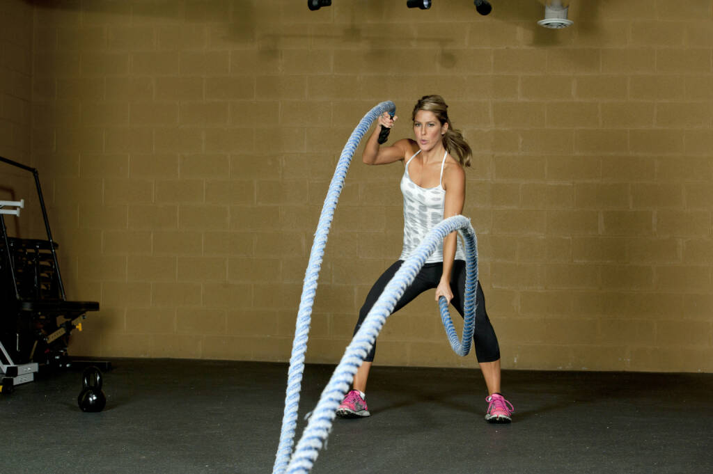 Vola, Volatilität, Seile - http://www.shutterstock.com/de/pic-168388604/stock-photo-an-attractive-young-and-athletic-girl-using-training-ropes-in-a-gym.html  (Bild: shutterstock.com) (24.06.2014)