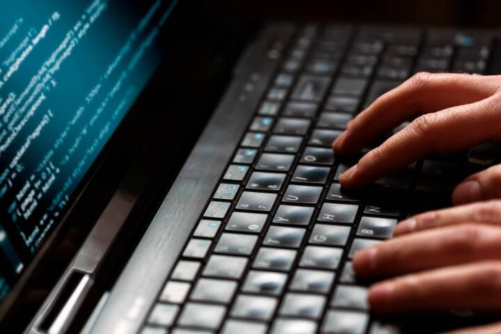 Hacker, Programmieren, Code, Binär, Notebook http://www.shutterstock.com/de/pic-172084607/stock-photo-hacker-using-laptop-lots-of-digits-on-the-computer-screen.html