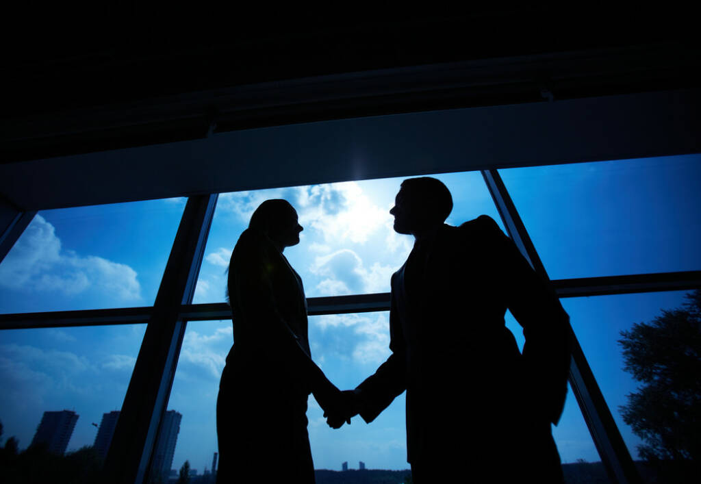 Deal, Handshake, Erfolg - http://www.shutterstock.com/de/pic-163628888/stock-photo-outlines-of-successful-businessman-and-businesswoman-handshaking-after-striking-deal.html (Bild: shutterstock.com) (25.06.2014)