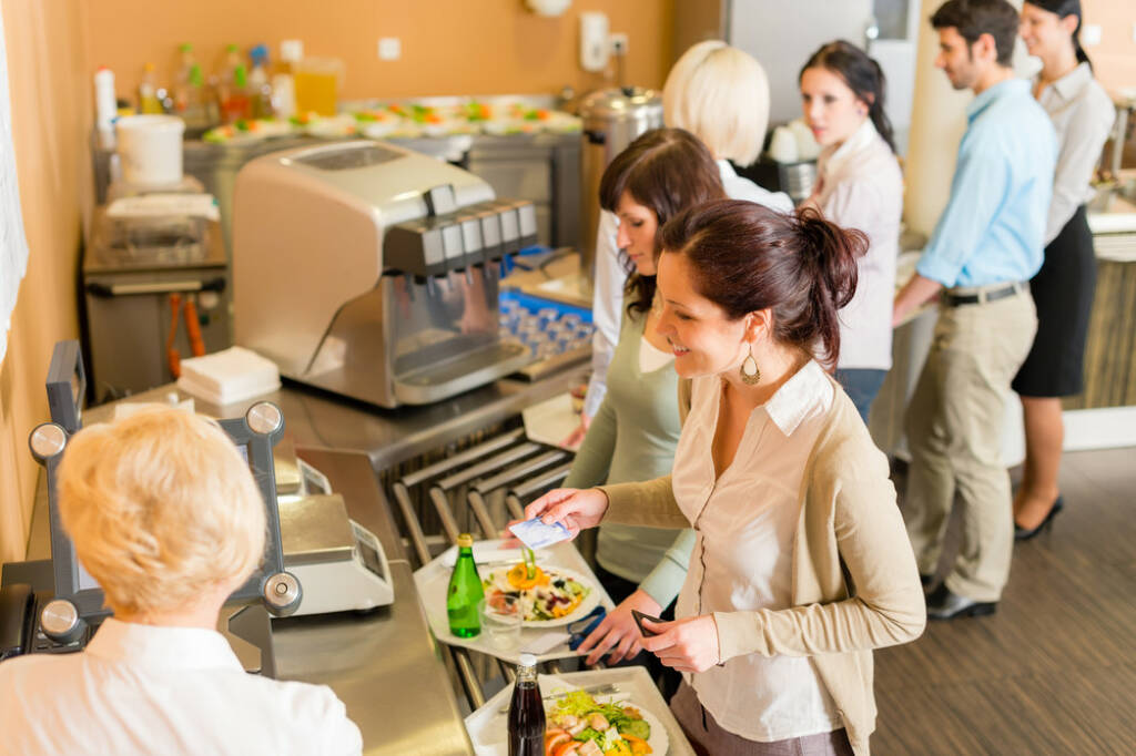 Bürokantine Essen http://www.shutterstock.com/de/pic-102563828/stock-photo-cafeteria-woman-pay-at-cashier-hold-serving-tray-fresh-food.html  (Bild: shutterstock.com) (25.06.2014)