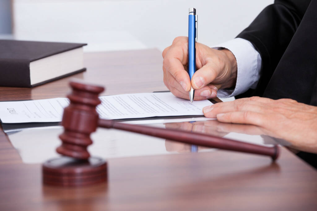 Gericht, Gerichtssaal, Urteil http://www.shutterstock.com/de/pic-174317552/stock-photo-male-judge-writing-on-paper-in-courtroom.html  (Bild: shutterstock.com) (25.06.2014)