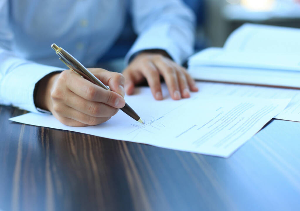 Deal, Unterschrift - http://www.shutterstock.com/de/pic-156148373/stock-photo-businesswoman-sitting-at-office-desk-signing-a-contract-with-shallow-focus-on-signature.html (Bild: shutterstock.com) (25.06.2014)