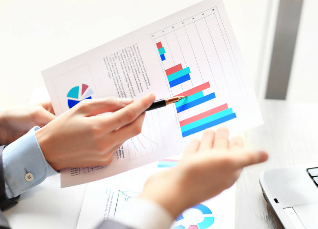 Analyse, Research, Bilanzen - http://www.shutterstock.com/de/pic-180977330/stock-photo-business-team-analyzing-market-research-results-together.html (Bild: shutterstock.com) (25.06.2014)
